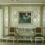 монтаж полиуретанового багета,нанесение серебра, металлизированные обои, покраска потолка .