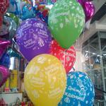 Доставка гелеевых шаров с подарком в день рождения.