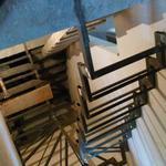 Изготовление и монтаж лестницы на ломаных косоурах с забежными ступенями