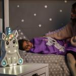 Рекламна фотозйомка нічних світильників на студії з дітьми.